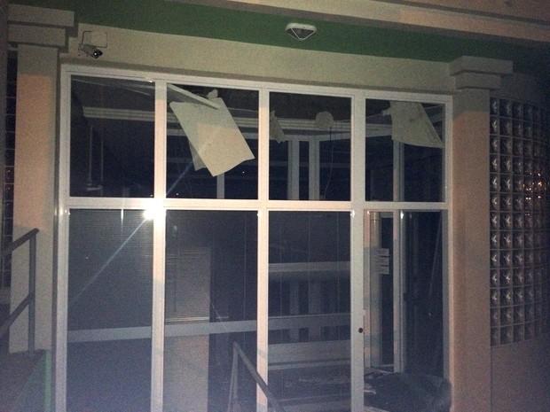Parte da frente do banco após a explosão (Foto: Fabiano Costa/RBS TV)