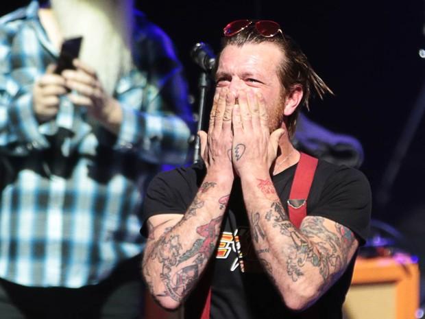 Jesse Hughes, vocalista da banda Eagles of Death Metal, se emociona e manda beijos para a plateia antes do início do primeiro show do grupo em Paris desde os atentados terroristas de novembro, na casa de shows Olympia (Foto: Joel Saget/AFP)