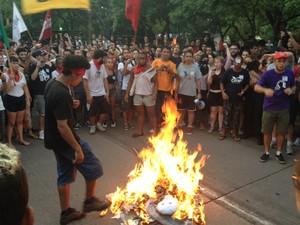 Manifestantes queimam boneco do prefeito José Fortunati em protesto (Foto: Estêvão Pires/G1)