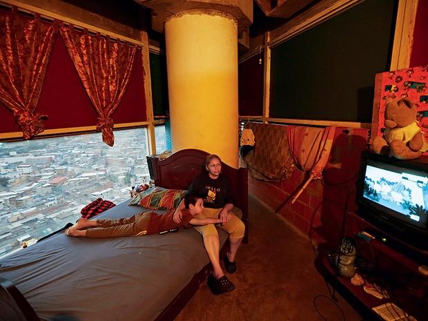 DENTRO E FORA DA TORRE 1. Mãe e filho assistem a série de TV em seu apartamento  (Foto: Jorge Silva)