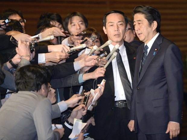 Primeiro-ministro do Japão, Shinzo Abe, fala com jornalistas em sua residência oficial depois de uma nova mensagem divulgada por membros do Estado Islâmico; o governo está trabalhando para verificar a veracidade das imagens (Foto: AP Photo/Kyodo News )
