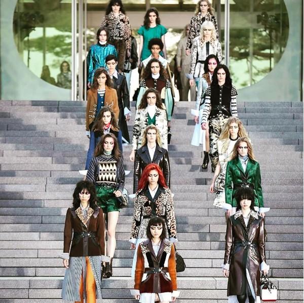 As modelos na escadaria do museu em Kyoto, cenário do desfile da Louis Vuitton (Foto: Reprodução Instagram)