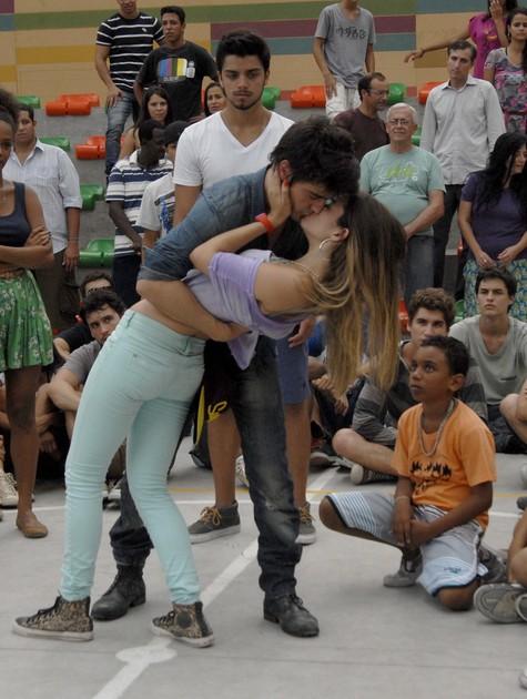 Os atores gravaram a cena na cidade cenográfica do Projac (Foto: Rafael Sorín/ TV Globo)