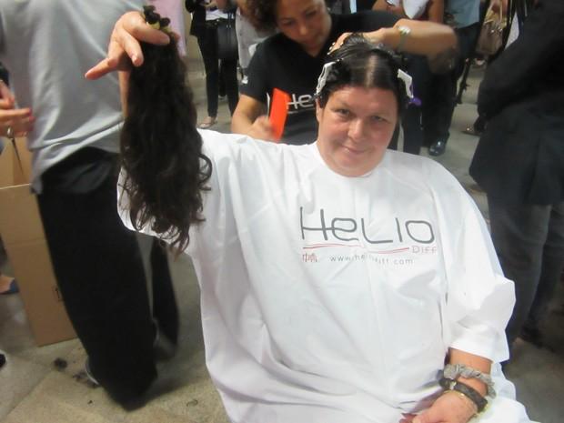 Funcionária pública, Serzina Silva, de 56 anos, mostra a quantidade de cabelo que doou  (Foto: Michele Mendes/G1 )