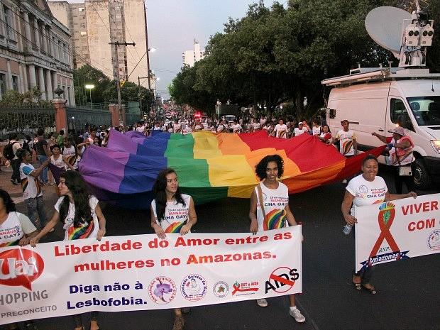 Movimento gay marchou cobrando autoridades por regulamentação de lei anti-preconceito (Foto: Marcos Dantas/G1 AM)