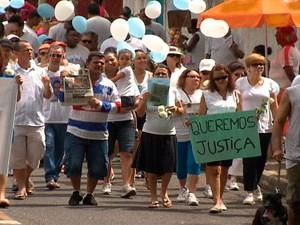 Amigos e familiares de vítimas da violência fazem passeata em Salvador (Foto: Reprodução/ TVBA)