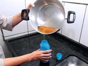 O descarte correto do óleo usado evita entupimentos e a poluição da água (Foto: Fernando Madeira/ Semco )