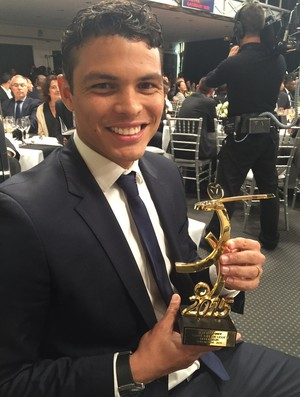 Thiago Silva com troféu de melhor zagueiro do Campeonato Francês (Foto: Cadu Machado / Master Sports e Mkt / Divulgação)