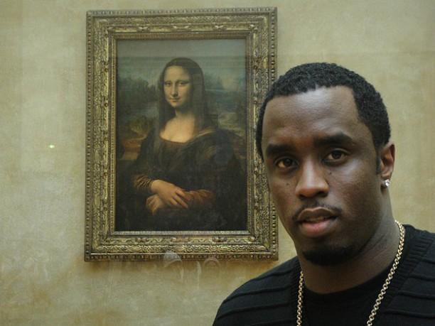 """O rapper e produtor Sean Combs, conhecido como Diddy, fez uma """"selfie"""" com a Monalisa, de Leonardo da Vinci (1452-1519). Acha pouco? Acredite: quem já a viu pessoalmente no Museu do Louvre, em Paris, sabe que é praticamente impossível fazer uma foto dessas sossegado. (Foto: Twitter)"""