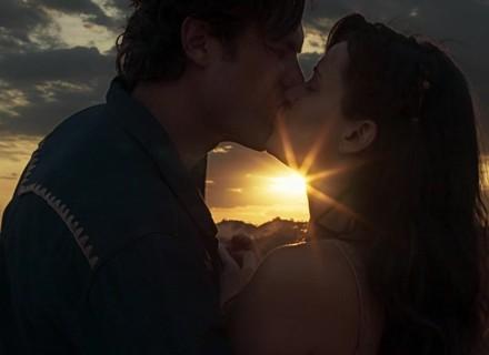 Estreia de 'O Outro Lado do Paraíso' é marcada por primeiro beijo de Clara e Gael