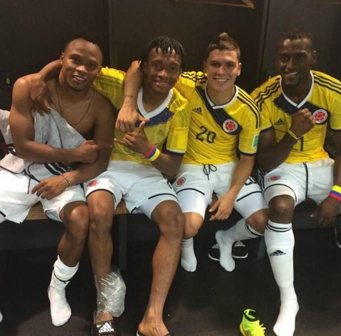 Colombianos sorriem no vestiário (Foto: Reprodução)