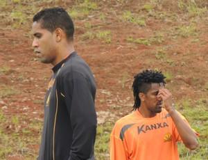 Cléber Santana e Cortez durante o treino do Criciúma (Foto: João Lucas Cardoso)