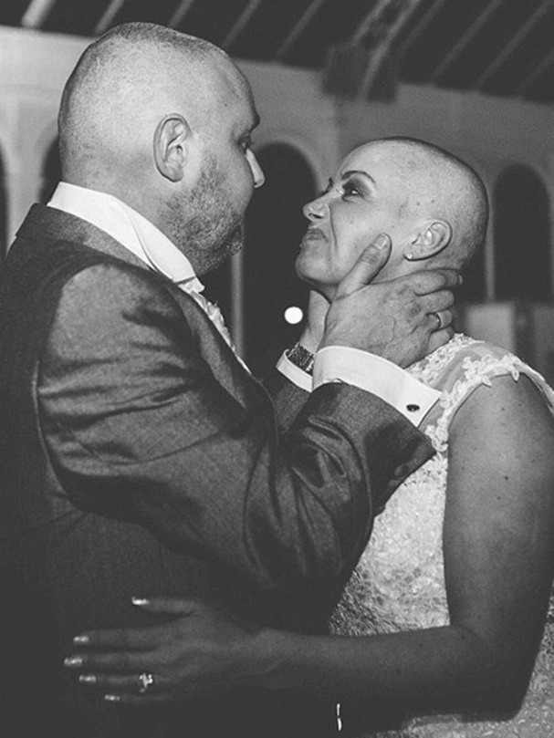 Noiva raspa o cabelo para apoiar seu marido (Foto: Divulgação)