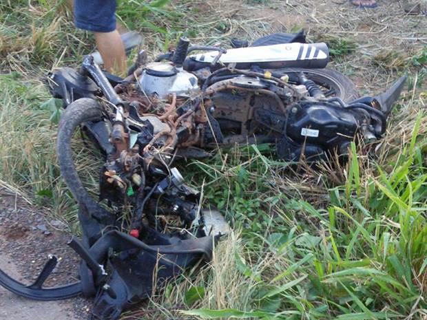 Uma das motocicletas ficou completamente destruída após a colisão (Foto: Divulgação/PRF)