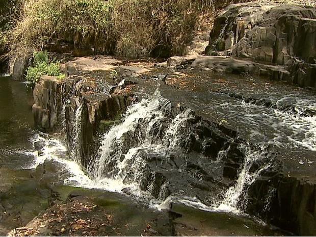 Volume da cachoeira teria diminuido com a captação no Rio Cubatão (Foto: Claudio Oliveira/EPTV)