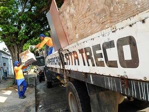 Trabalhadores em operação do serviço de Cata-treco em Campinas, alternativa para descartar objetos de grande porte (Foto: Rogério Capela/Prefeitura de Campinas)