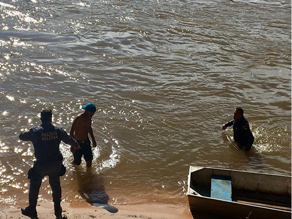 Suspeito se jogou no rio para tentar fugir de policiais (Foto: Polícia Militar/Divulgação)
