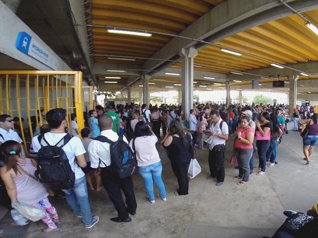 Filas se misturavam umas às outras na Estação Central do Metrô do Recife (Foto: Reprodução/TV Globo)