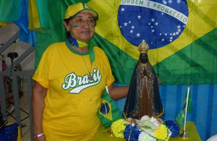 Nossa Senhora Aparecida Mãe Da Família Brasileira: No AP, Família Faz Prece à Nossa Senhora Aparecida No Jogo