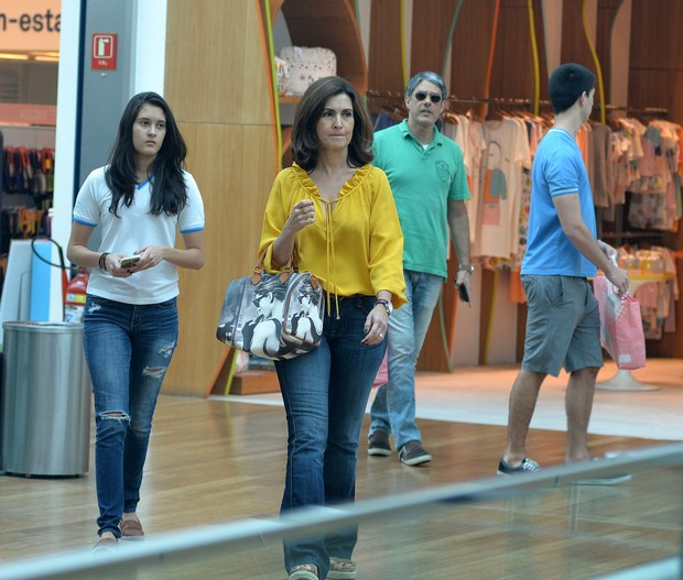 William, Fátima e os filhos durante passeio em shopping (Foto: William Oda/AgNews)