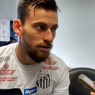 Lucas Lima concede entrevista coletiva no CT do Santos (Foto: Lucas Musetti)