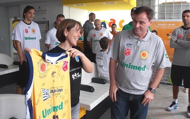 Presidente do GACC, Rosemary Sanz, recebe camisa de presente do São José Basquete (Foto: Danilo Sardinha/Globoesporte.com)