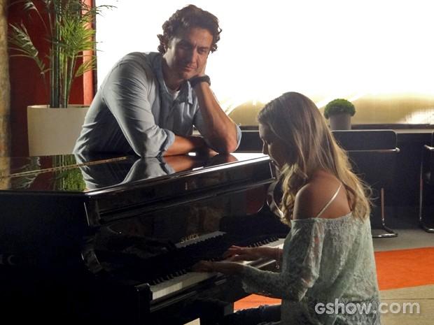 Laerte convence e Lívia volta ao piano (Foto: Em Família/ TV Globo)