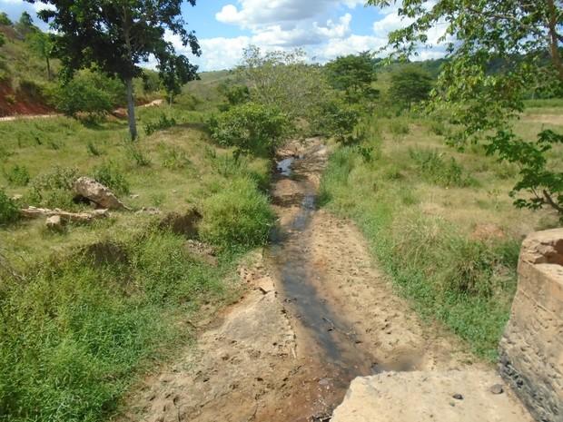 Córregos que abasteciam a cidade estão totalmente secos. (Foto: reprodução\Prefeitura de Goiabeira)