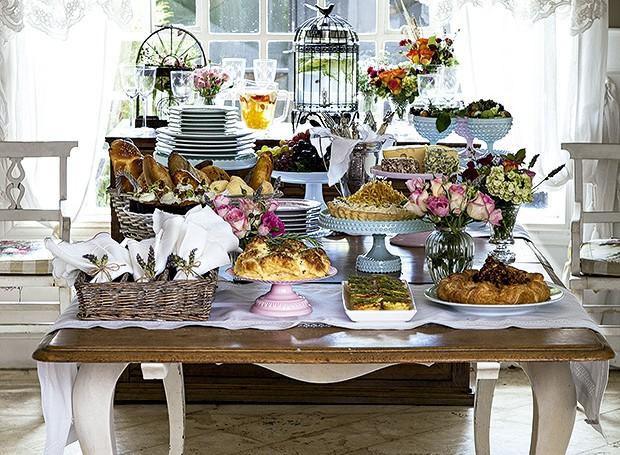 A mesa de brunch com guloseimas da Sweet Pimenta. Pratos com pé Shopfesta e Kira Festas, arranjos de flor Lucia Milan (Foto: Cacá Bratke/Editora Globo)