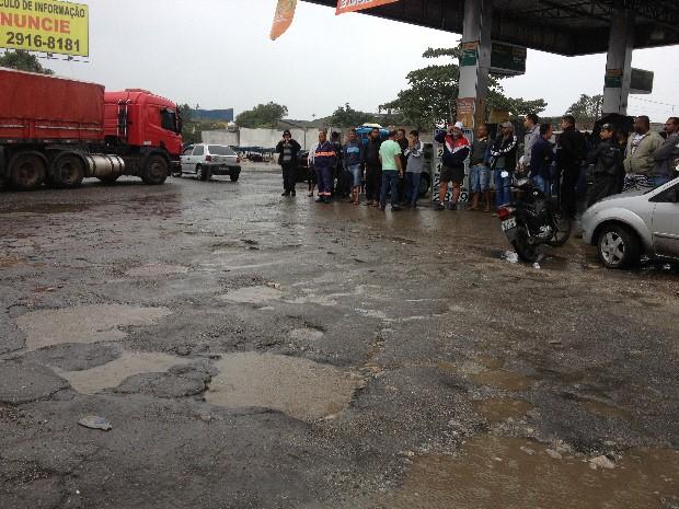 Caminhoneiros desceram dos veículos para protestar (Foto: Mayara Rached / TV Tribuna)
