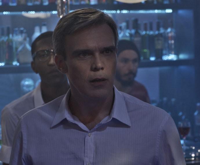 Tomás não acredita quando chega ao Pata Choca e dá de cara com a filha dançando (Foto: TV Globo)