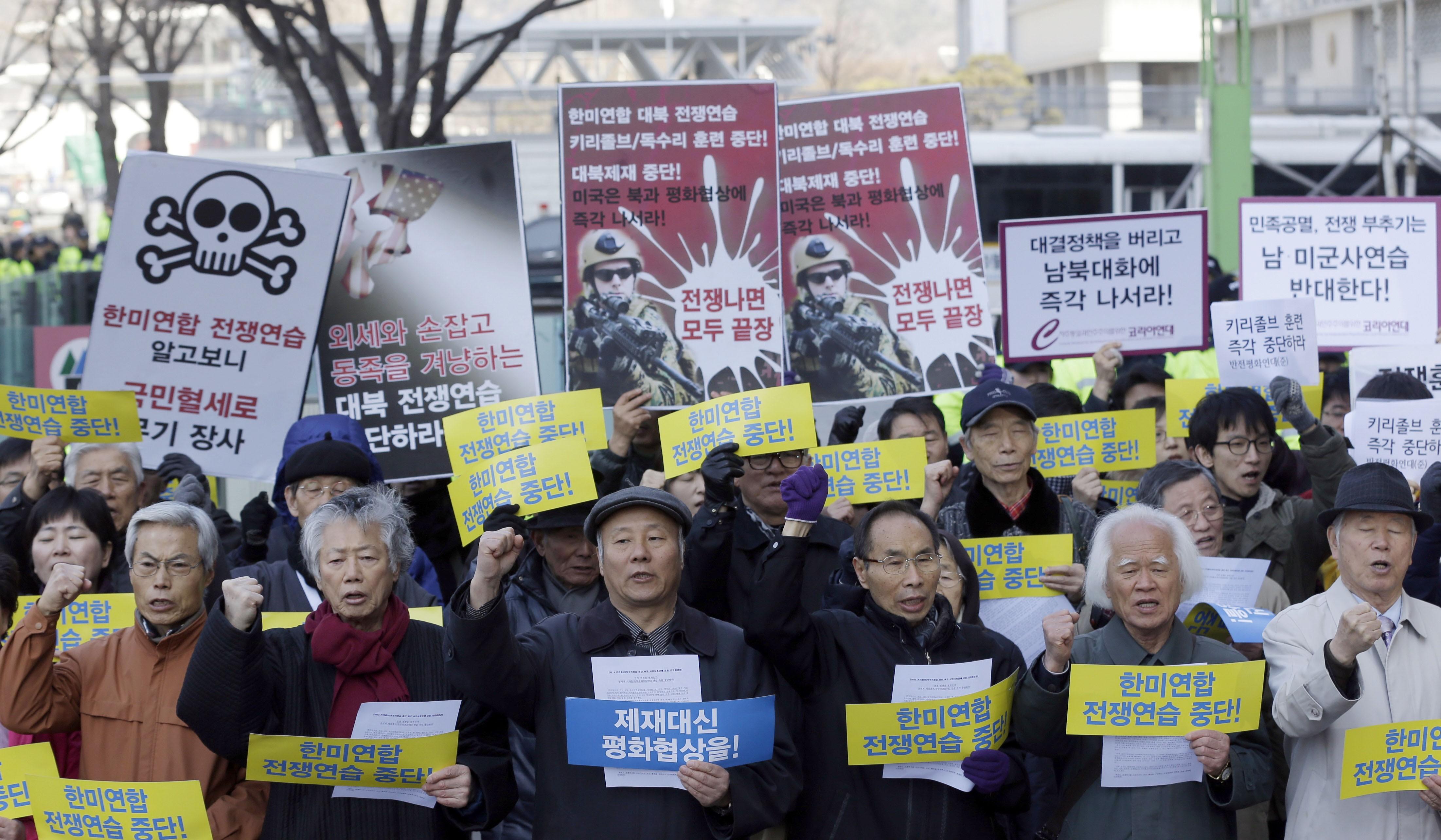 Manifestantes sul-coreanos protestam perto da Embaixada dos EUA em Seul pedindo o fim dos exercícios militares na fronteira com a Coreia do Norte. (Foto: Lee Jin-man/AP Photo)