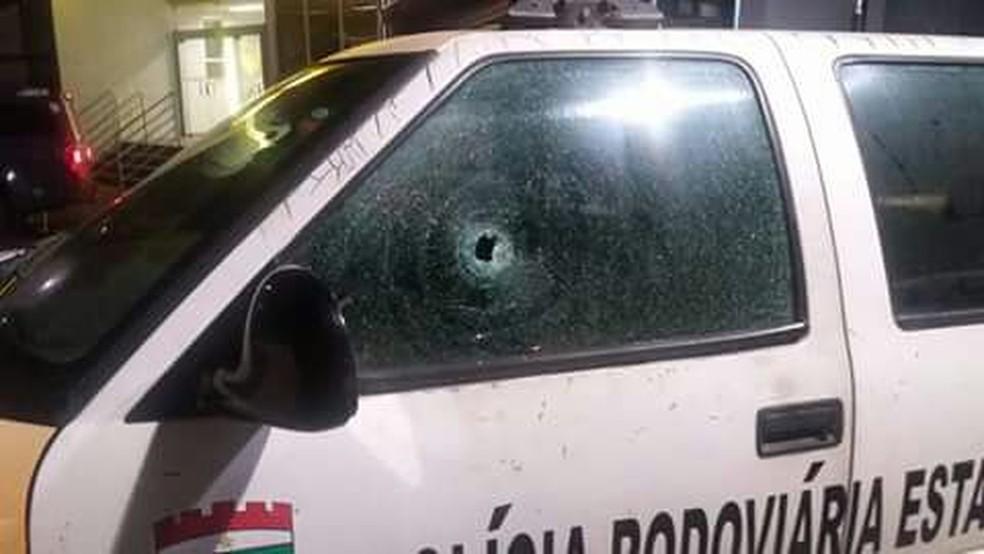 Bandidos atacaram duas viaturas da PM (Foto: Divulgação/PM)