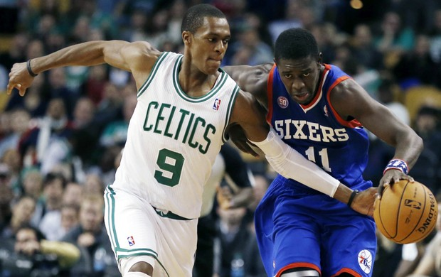 Rajon Rondo e Jrue Holiday, Celtics x Sixers - AP (Foto: AP)
