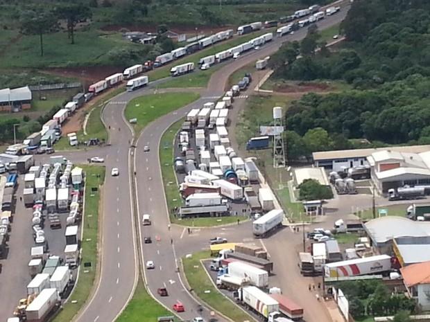 Dezenas de caminhões estão parados também em Xanxerê (Foto: PRF/Divulgação)