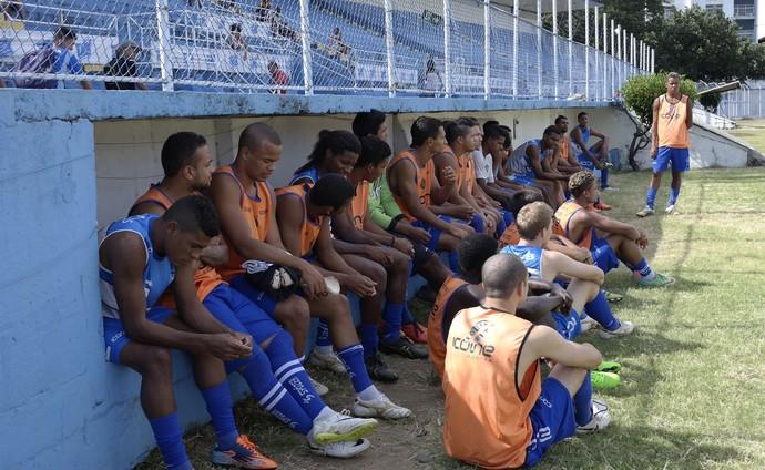 Jogadores aguardam o início da peneira do elenco profissional do Vitoria (Foto: Richard Pinheiro/GloboEsporte.com)