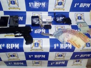 Objetos apreendidos com o preso pela Brigada Militar no táxi (Foto: Divulgação/Brigada Militar)