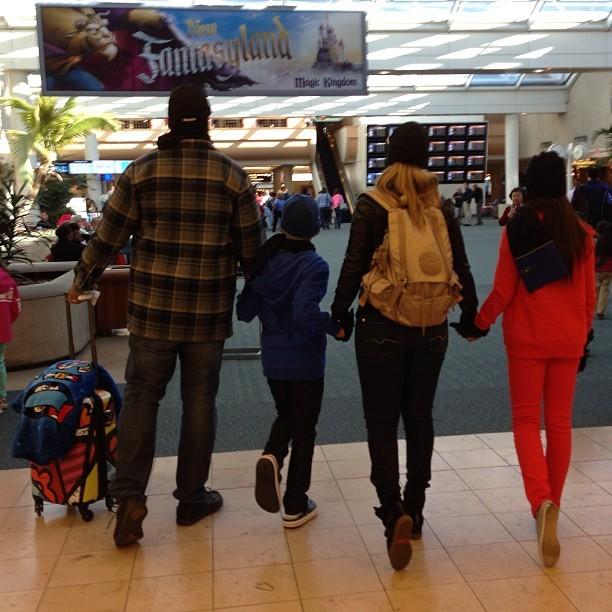 Carla Perez com a família em aeroporto americano (Foto: Instagram / Reprodução)