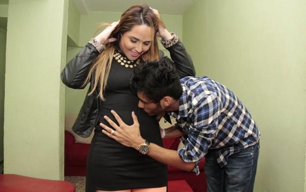 Perlla com o marido Cássio nos bastidores de show gospel, no Rio (Foto: Isac Luz/EGO)
