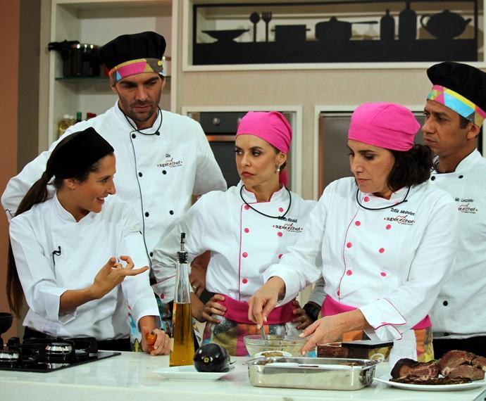 Andrea Kaufmann ensina processo de defumação em workshop do Super Chef (Foto: Priscilla Massena/Gshow)