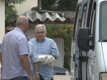 Pedro Corrêa sai do IML do Recife após exame (Foto: Reprodução/TV Globo)