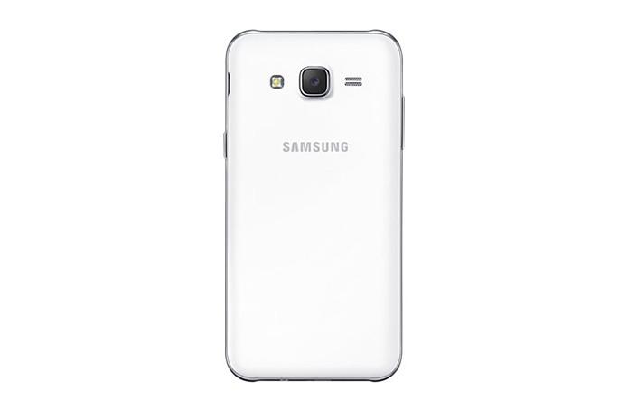 Galaxy J5 tem câmera traseira de 13 megapixels e frontal de 5 MP com flash (Foto: Reprodução/Elson de Souza)