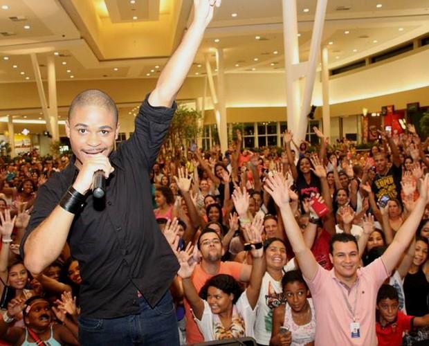 Pedro em mais um show no shopping em Campinas onde distribuiram mil bigodes (Foto: Divulgação)