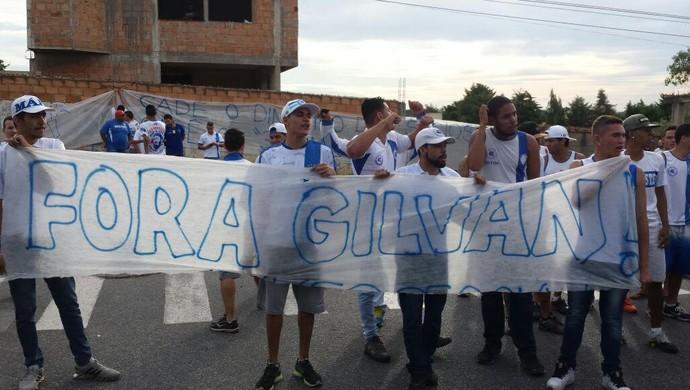 Torcedores protestaram contra o presidente do Cruzeiro durante apresentação do novo técnico (Foto: Guilherme Frossard)