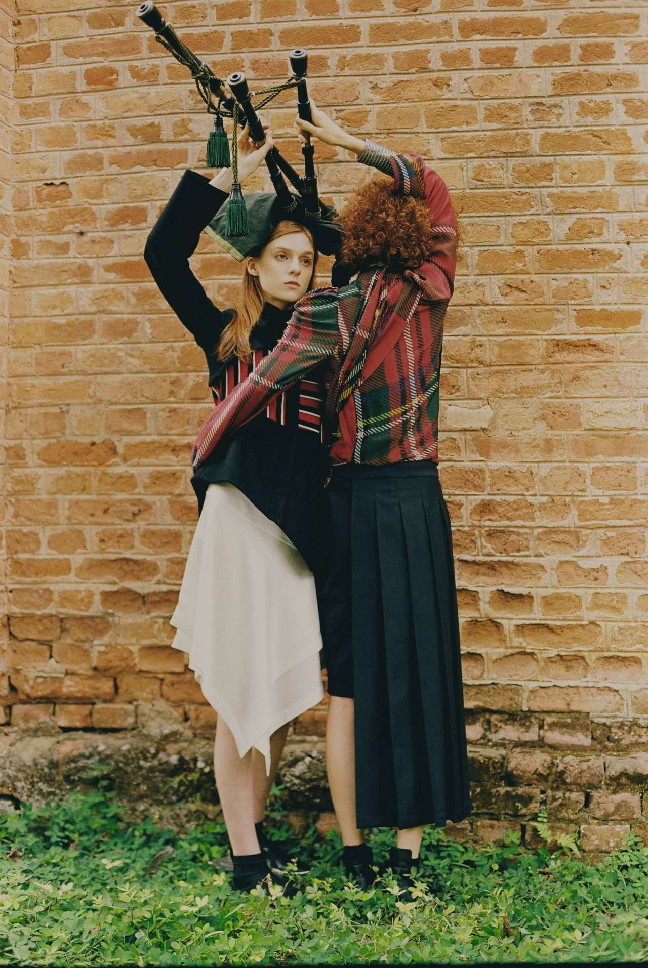 O tartan escocês ganhou versão maximizada no pre-fall 2017 de Gloria Coelho, coleção que ilustra estas páginas. Já o kilt foi revisitado em saias assimétricas  Styling:  Raquel Kavati  (Foto: Helm SIlva)