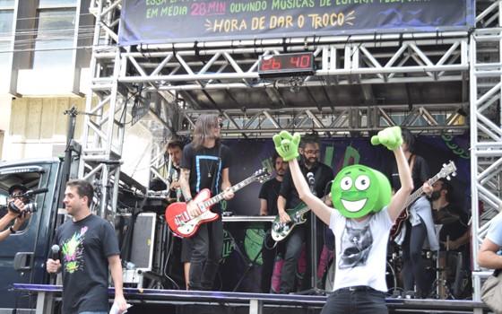 O ReclameAqui levou bandas para tocar música de atendimento ao consumidor em frente a empresas campeãs na espera (Foto: ReclameAqui/divulgação)
