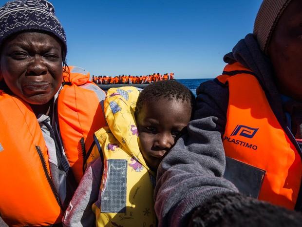 Família durante o resgate no Mar Mediterrâneo (Foto: Anna Surinyach/MSF)