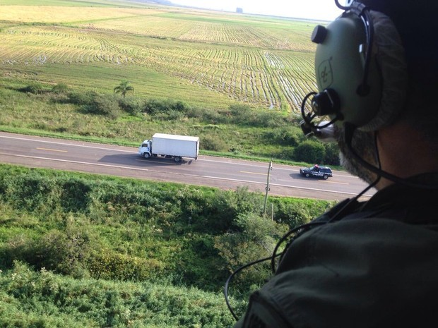 Transporte da droga até local da incineração teve acompanhamento aéreo (Foto: Divulgação/Polícia Civil)