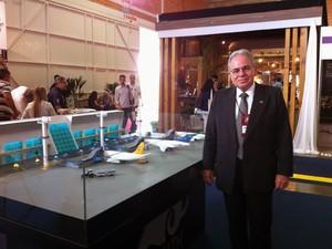 Presidente da Infraero, Antonio Gustavo do Vale, posa ao lado da maquete do Aeroporto de Palmas (Foto: Felipe Truda/G1)