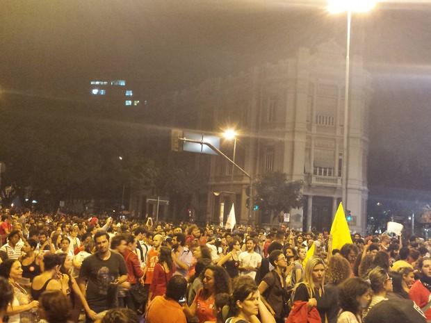 Manifestantes protestam contra impeachment na Praça Sete (Foto: G1)